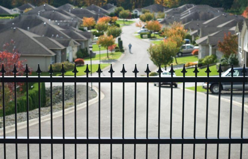 Kde se vzala potřeba schovávat se za plotem a proč je oplocování vlastně hloupost