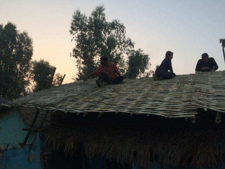nepalci se uci postavit si dum z lokalnich zdroju vlastnimi silami