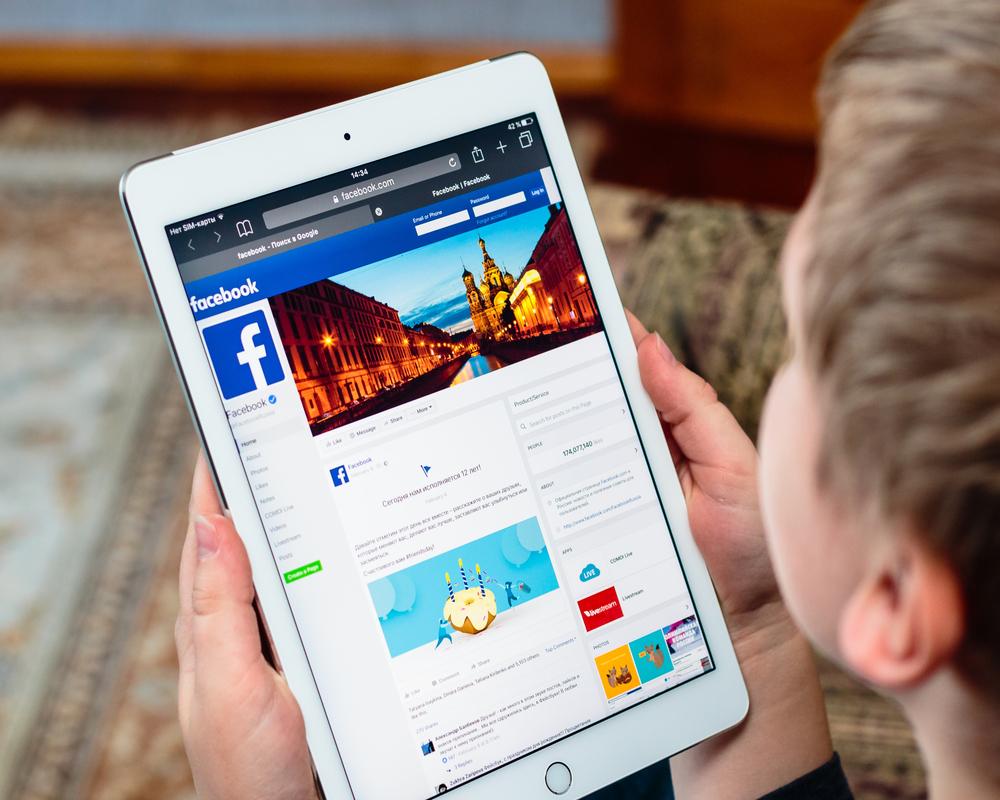 Facebook chce zjistit, co zajímá školáky. Má na to stovku lidí