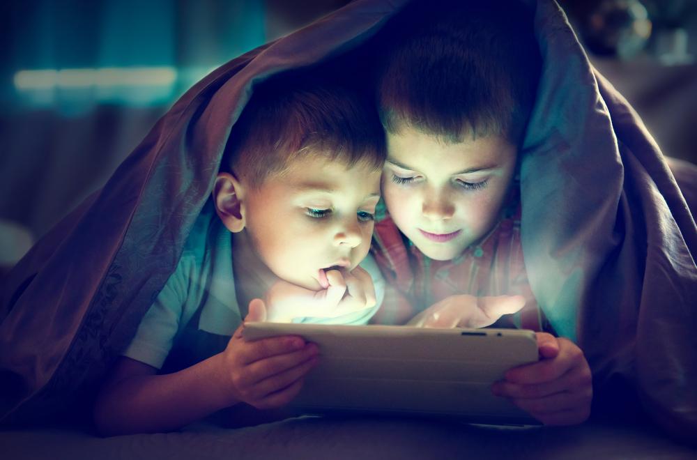 Kolik času s displejem je u dětí příliš?