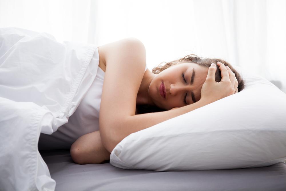 Pokud špatně spíte, zkuste chmel, melatonin nebo dotykovou terapii