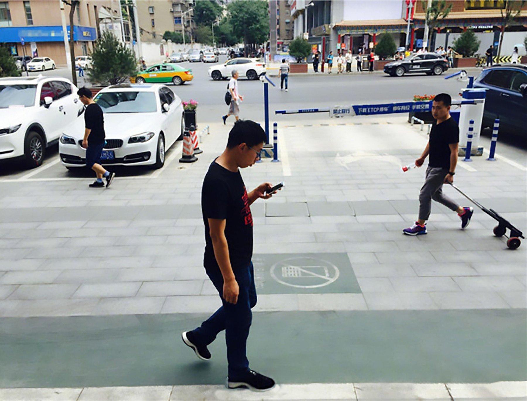 """V Číně zřizují """"bezpečné chodníky"""" pro ty, kdo stále civí do mobilu"""