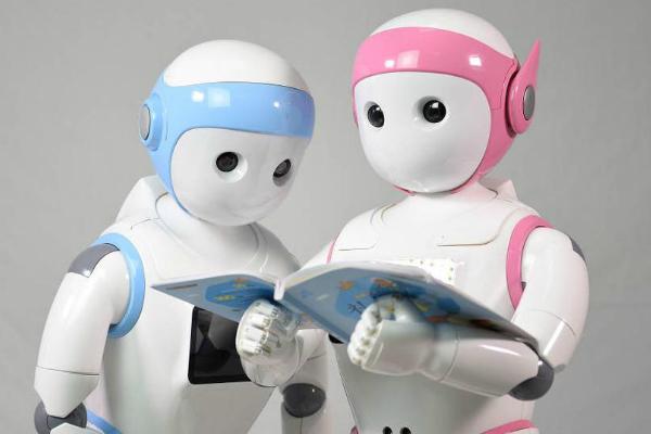 Robot iPal pohlídá a doučí matiku vaše dítě. Za 1400 dolarů