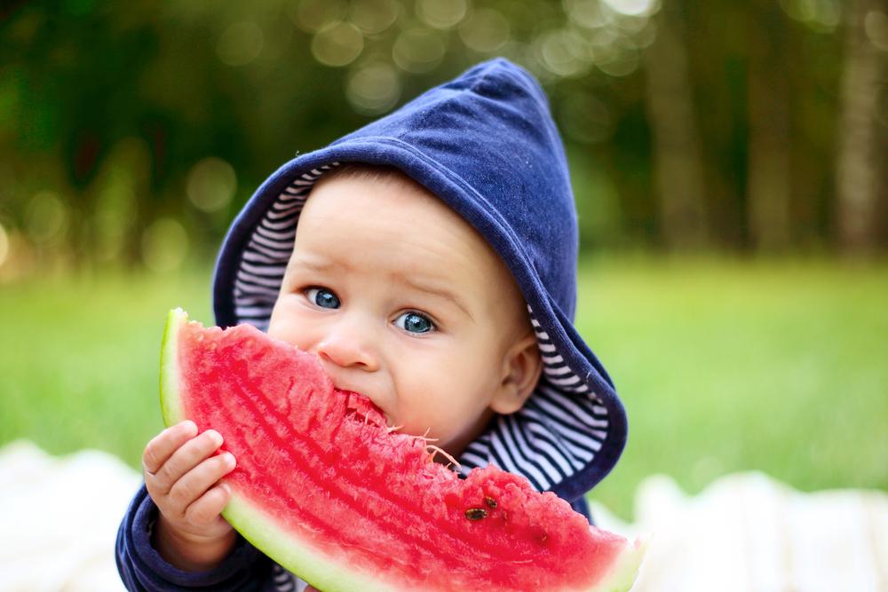 Novorozenci poznají, co je pro ně dobré. Jejich výživu kazí rodiče a marketing