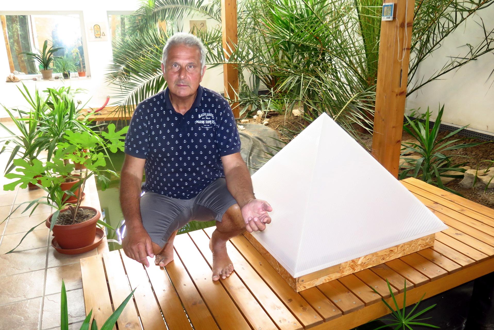 Inženýr z Postoupek chtěl zjistit, co umějí, pyramidy. Tak si jich pár postavil