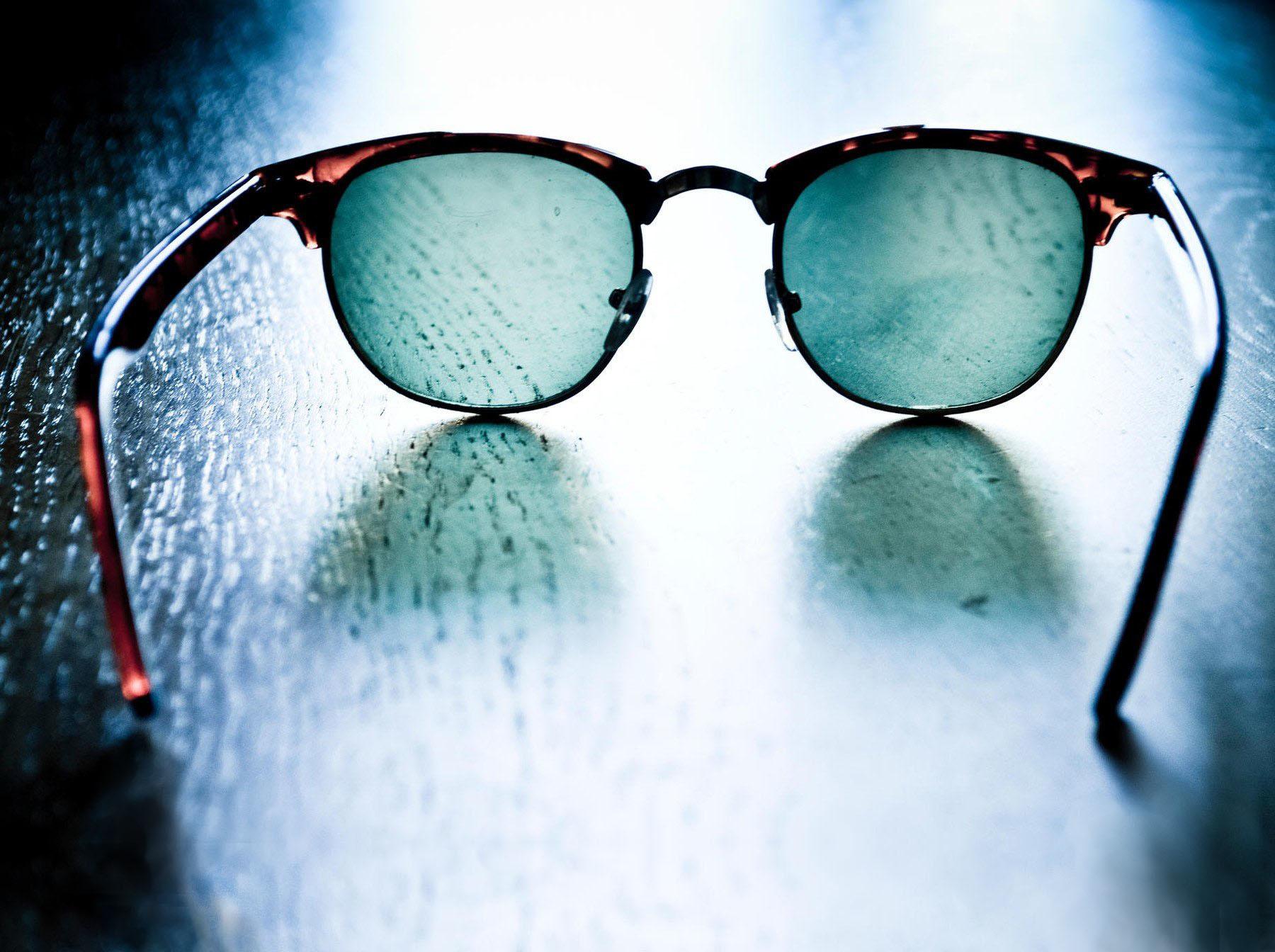 Jak se dají oči chránit před sluncem? Třeba tak, že odložíte sluneční brýle