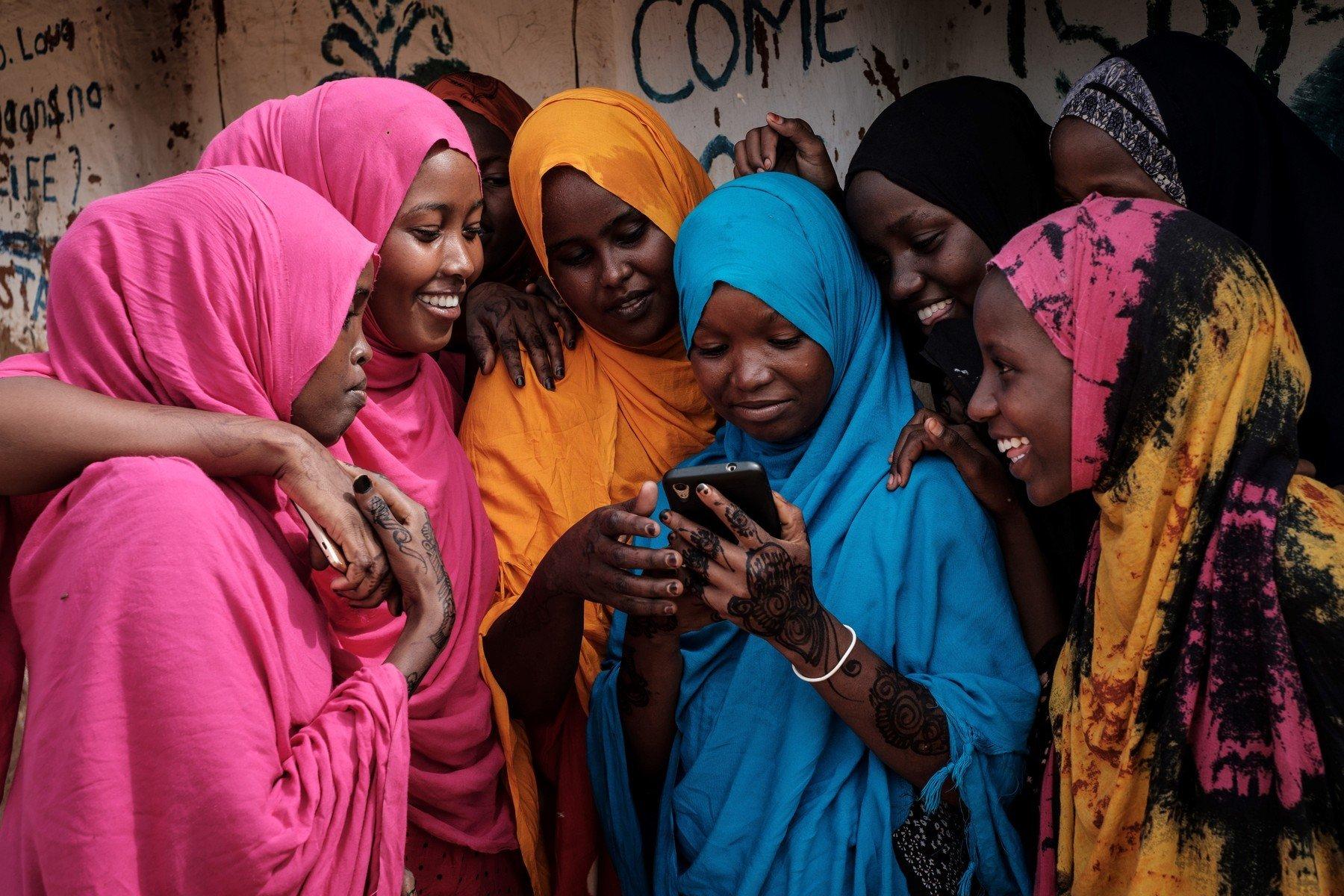 Ve třetím světě dívkám zakazují telefony. I kvůli riziku nechtěných těhotenství