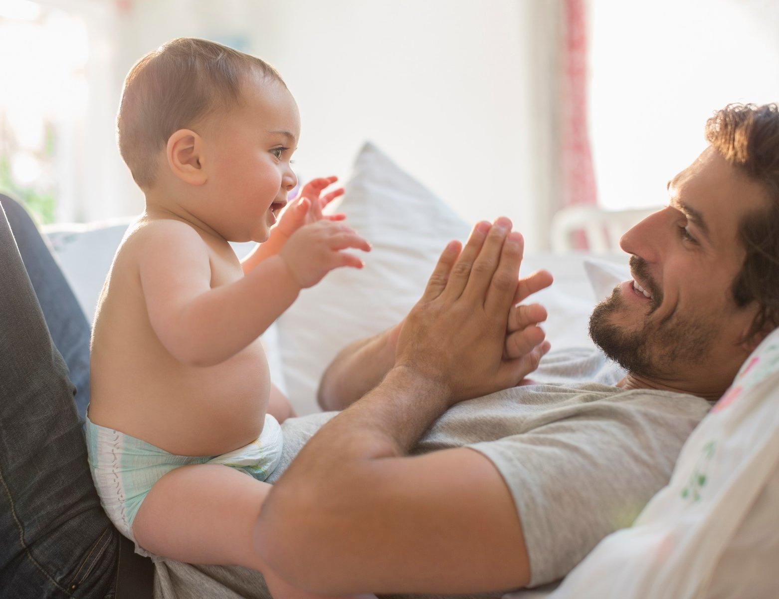 Děti přebírají slovní zásobu od táty, mluvit se učí od mámy