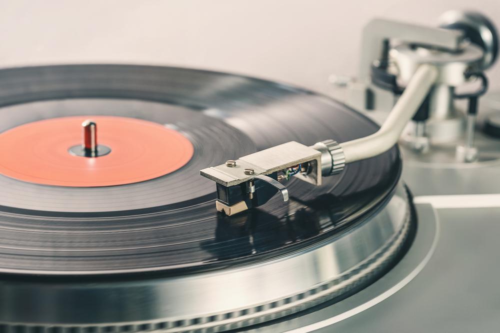 Je horší vinyl, nebo cédéčko? Planetu ničí i hudební streaming