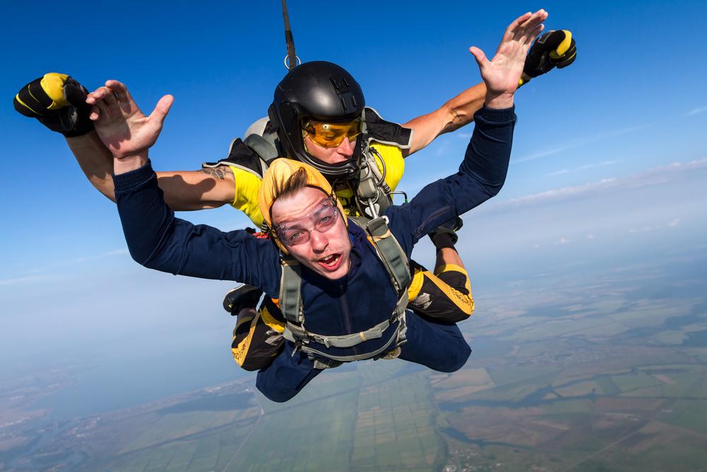 Vědci dokázali, že skok s padákem je stejně bezpečný jako skok s batohem